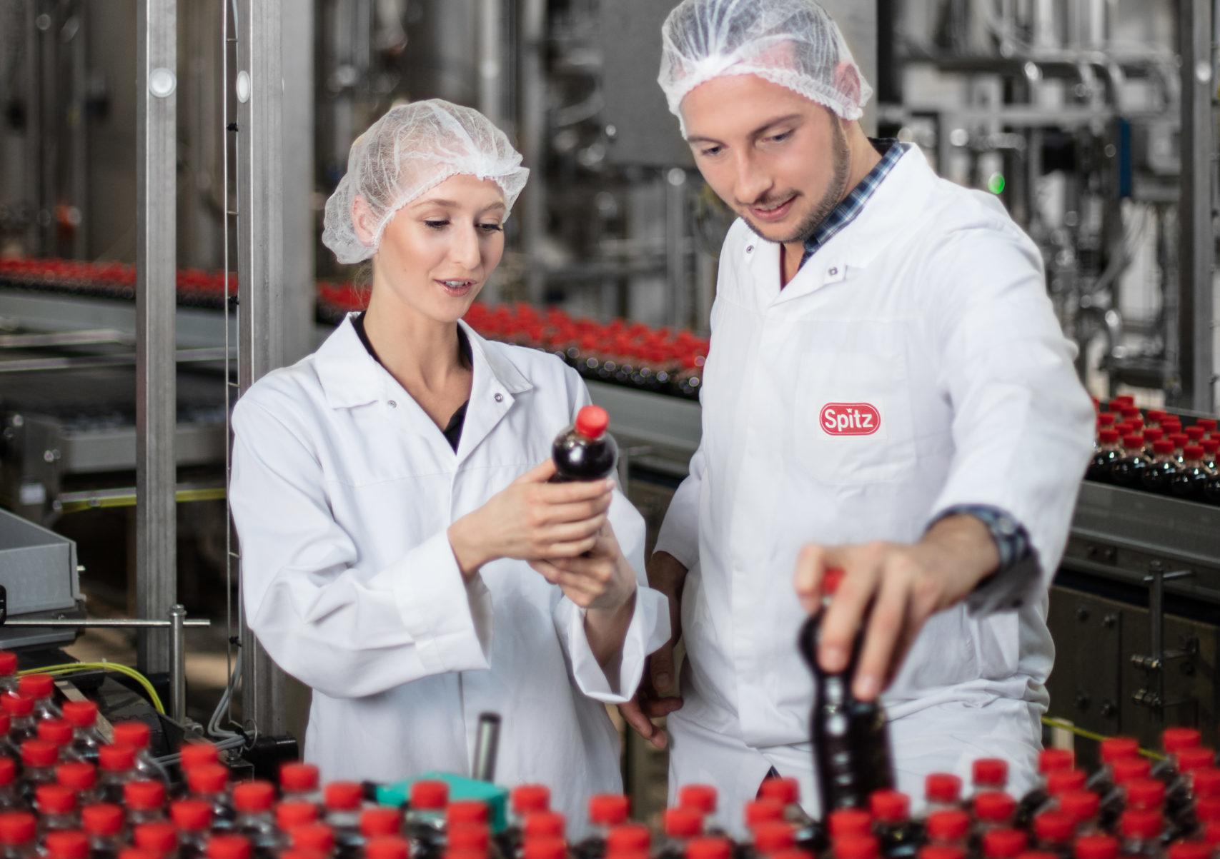 Mitarbeiter in der Lohnabfüllung von Getränken in Österreich